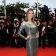Alessandra Ambrósio não economizou no brilho para assistir à première de 'Al Lis Lost', na quarta-feira (22). Para a ocasião, a modelo escolheu um modelo assinado pelo estilista Roberto Cavalli