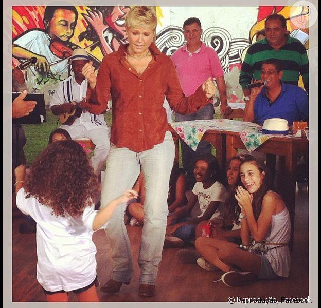 Xuxa mostra samba no pé em visita à escola de música de Zeca Pagodinho, nesta quinta-feira, 23 de maio de 2013