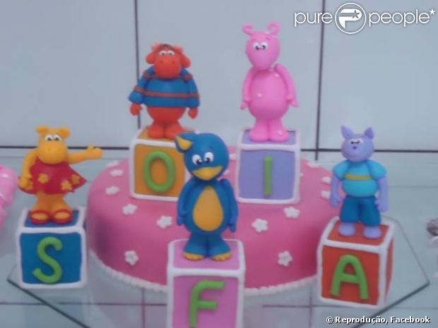 Sofia, filha de Cauã Reymond e Grazi Massafera, ganhou um bolo exclusivo dos   Backyardigans no aniversário de 1 ano, em 23 de maio de 2013