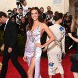 A modelo Irina Shayk, ex-noiva do Cristiano Ronaldo, optou por um look do Atelier Versace