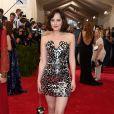 Dakota Johnson escolheu um vestido tomara que caia curtinho da grife Chanel