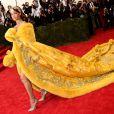 Irreverente, Rihanna usou um modelo dourado do chinês Guo Pei, bordado com pelúcia na barra