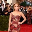 Jennifer Lopez também abusou da transparência no vestido Versace
