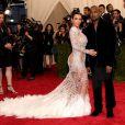 Kim foi outra que apostou na transparência para ir ao Met Gala. O vestido é Roberto Cavalli