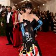 Katy Perry apostou em um modelito da grife Moschino com estampa que faz referência à diversas pichações