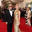 Kate Hudson escolheu um vestido criado pelo estilista Michael Kors, com quem posou para cliques no tapete vermelho. A bolsa de mão é Edie Parker
