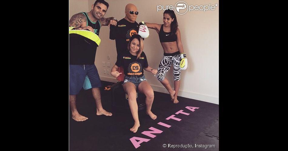 Anitta volta do Japão e mostra treino de muay thai com tatame personalizado