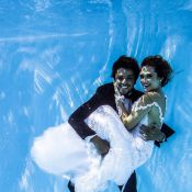 Rodrigo Simas e Juliana Paiva posam debaixo d'água vestidos de noivos