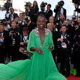 Lupita Nyong'o escolheu um vestido verde da grife Gucci para prestigiar o primeiro dia do Festival de Cannes 2015, em 13 de maio de 2015