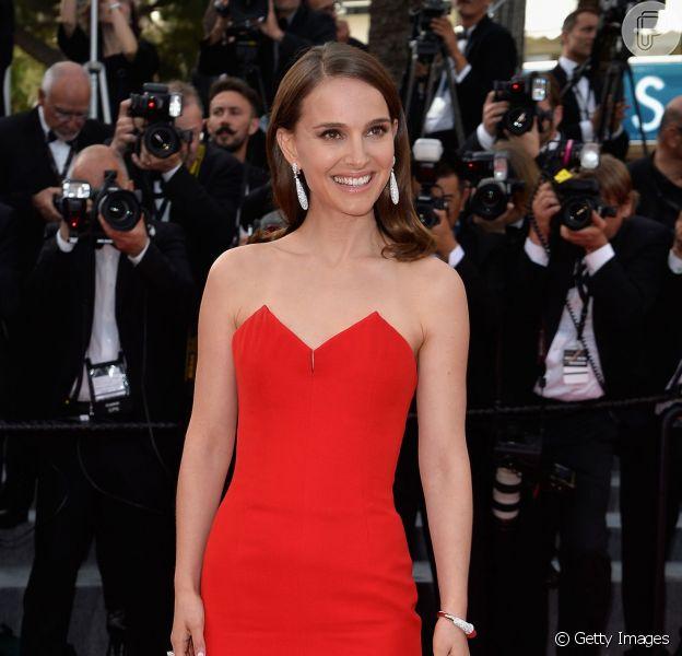 Natalie Portman usou um vestido vermelho de Christian Dior no primeiro dia do Festival de Cannes 2015, em 13 de maio de 2015