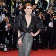 Julianne Moore optou por vestido da grife  Armani para  o primeiro dia do Festival de Cannes 2015
