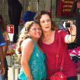 Simpática, Elizabeth Savalla tira ela própria a foto com a câmera da fã, nos bastidores de gravação de 'Amor à Vida'