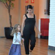 Aos 8 meses de gravidez, Mariana Gross exibe barrigão no shopping com sobrinhos