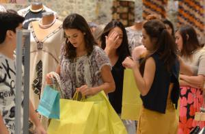 Bruna Marquezine vai às compras com grupo de amigos em shopping no Rio