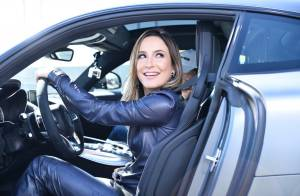 Claudia Leitte usa look de couro para dirigir Mercedes de R$ 650 mil em evento