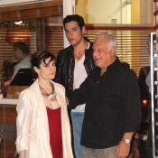 Antônio Fagundes janta com a namorada, Arieta Corrêa, e com o filho Bruno