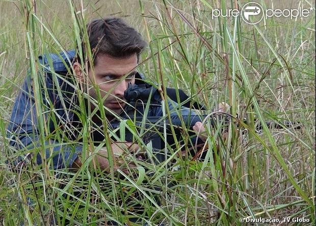 Cassiano (Henri Castelli) mira para atirar em Alberto (Igor Rickli), em 'Flor do Caribe', em 4 de junho de 2013