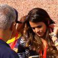 Bruna Marquezine teve a companhia dos amigos de Neymar no Camp Nou. O grupo se divertiu tirando várias fotos no celular