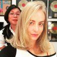'Vida nova! Cabeleira nova!', declarou Angélica. O corte foi feito pelo hairstylist Celso Kamura
