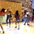Ainda na coreografia, integrantes do Fuerza Bruta, grupo argentino dão travesseiradas uns nos outros