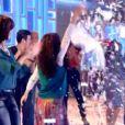 A festa dos travesseiros continua no palco e Fátima Bernardes, animada, bate palmas