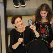 Lilia Cabral brinca com paparazzo ao ser clicada em shopping com a filha