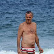 De sunga listrada, Pedro Bial vai com família à praia do Leblon, no Rio