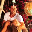 Para reconquistar Ester (Grazi Massafera), Cassiano (Henri Castelli) reconstrói a cabana que sempre foi o ponto de encontro dos dois, em 'Flor do Caribe'