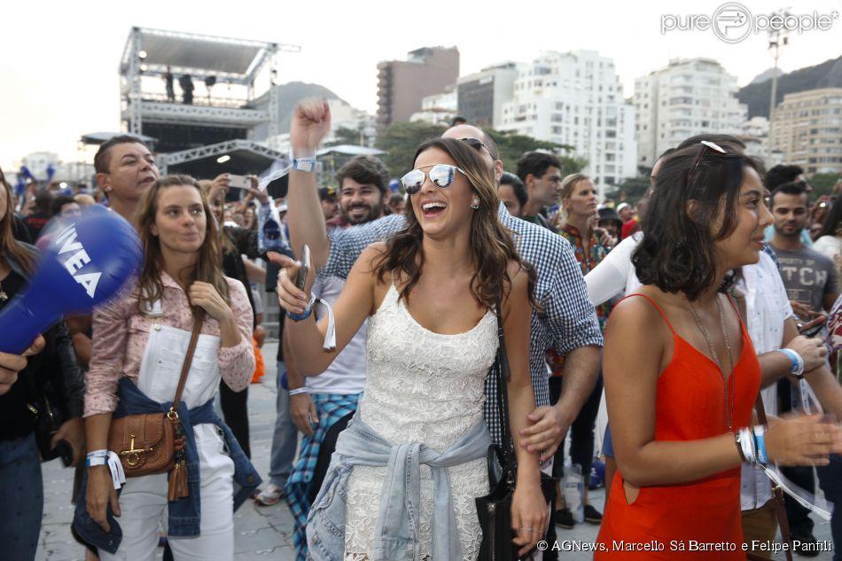 8753a9cf870 Bruna Marquezine se divertiu durante o show de Ivete Sangalo e Criolo O  modelo ousado da Dior é o queridinho vigente das celebs ...