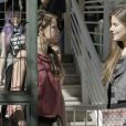 Giovanna (Agatha Moreira) se aproxima de Arlete (Camila Queiroz) e consegue entrar para a agência de modelos a que ela pertence, na novela 'Verdades Secretas'