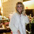 Giovanna Ewbank usa look total branco combinado a um casaco com detalhes em pele