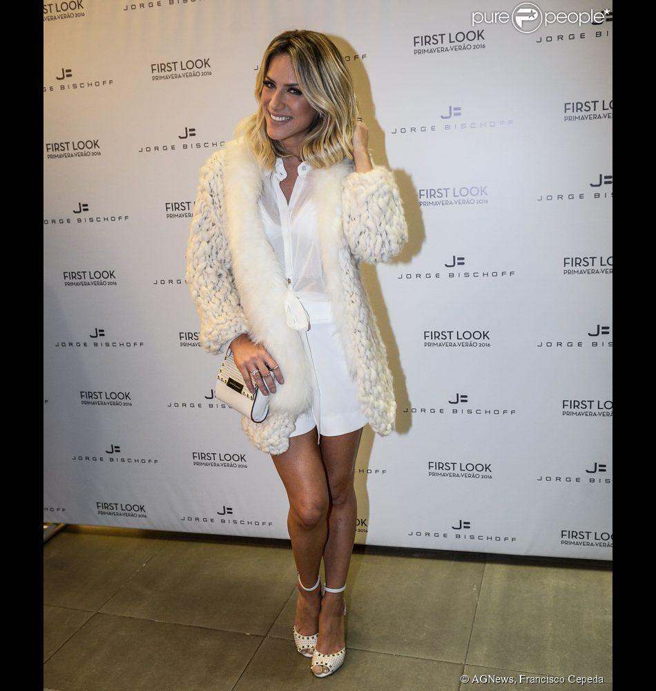 Giovanna Ewbank usa look total branca para ir a lançamento de coleção de moda em São Paulo