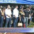 Amigos se reúnem no Cemitério Jardim das Palmeiras para o sepultamento do cantor sertanejo Cristiano Araújo