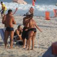 Caio Castro cumprimenta amiga na praia da Barra da Tijuca, na Zona Oeste do Rio de Janeiro