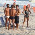 Caio Castro, no ar em 'Amor à Vida', conversa com amigos na praia da Barra da Tijuca, Zona Oeste do Rio de Janeiro