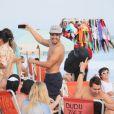 Caio Castro tira foto dos amigos na praia