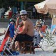 Caio Castro, no ar em 'Amor à Vida', curtiu tarde de sol na Praia do Pepê, na Barra da Tijuca