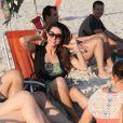 Fernanda Machado, no ar em 'Amor à Vida, curtiu domingo (16) de sol na praia com os amigos