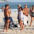 Caio Castro também tirou fotos com fãs na praia