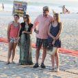 Fernanda Machado deixa praia carioca com vestido longo