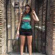 De body colado e shortinho, ela posa no Coliseu