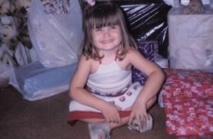 Camila Queiroz posta foto da infância na web em dia de aniversário: 'Mais velha'