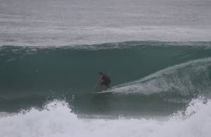 Cauã Reymond surfa em ondas grandes e tem a ajuda de um jet ski