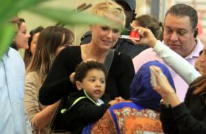 Xuxa é cercada por fãs durante passeio em shopping do Rio de Janeiro
