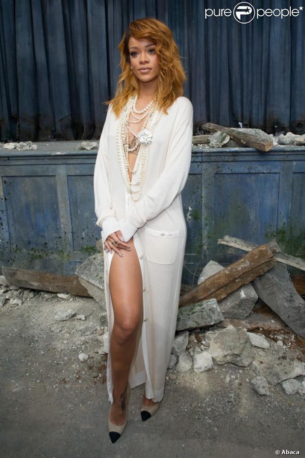 Rihanna faz pose sexy ao chegar no desfile da Chanel em paris, na França, em 2 de julho de 2013