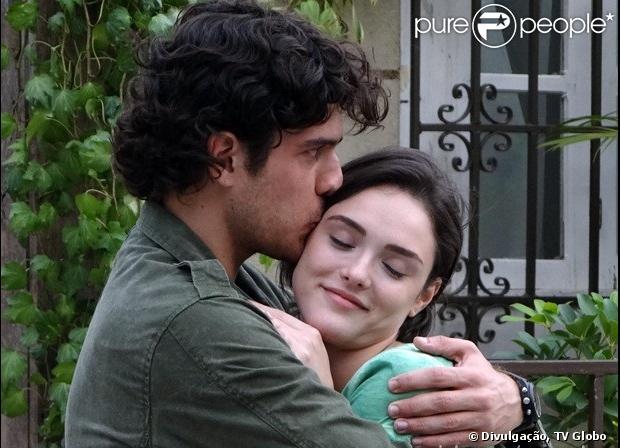 Giane (Isabelle Drummond) diz a Bento (Marco Pigossi) com todas as letras que o ama, em 'Sangue Bom', em julho de 2013