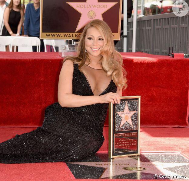 Mariah Carey recebeu sua estrela na Calçada da Fama, em Los Angeles, com um vestido preto bem justo e um decote generoso. A atriz chegou com os filhos, no dia 5 de agosto de 2015