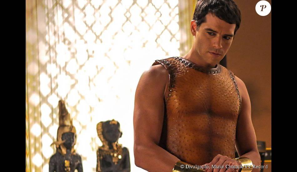 Guilherme Winter, o Moisés da novela 'Os Dez Mandamentos',  exibe o corpo sarado  na TV