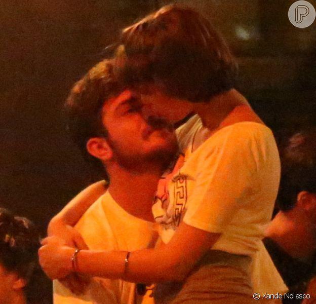 Isabella Santoni é vista aos beijos com novo namorado, no Rio