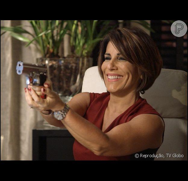 Mesmo após matar Carlos Alberto (Marcos Pasquim), Beatriz (Gloria Pires) consegue evitar de ser presa, nos últimos capítulos da novela 'Babilônia'